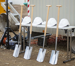Spades and helmets are ready for the symbolic ground-breaking ceremony marking the start of construction of the Max-Planck-Zentrum für Physik und Medizin in Erlangen.
